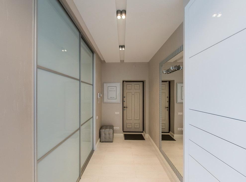 Узкий коридор в светлых оттенках