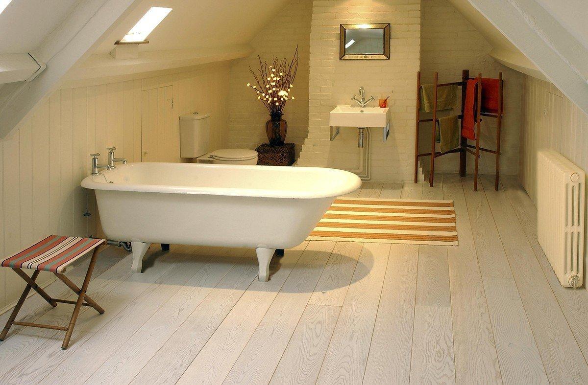 светлый ламинат в ванной