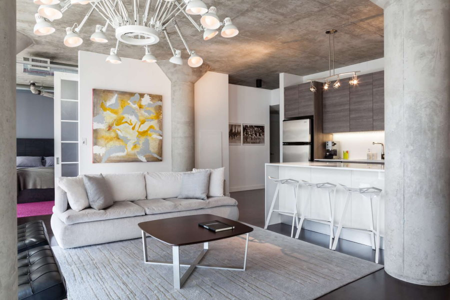 Интерьер кухни-гостиной в светлом лофте
