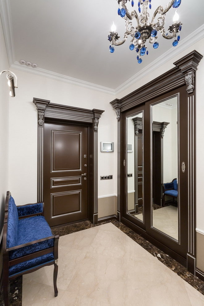Керамический пол в коридоре с деревянными дверями
