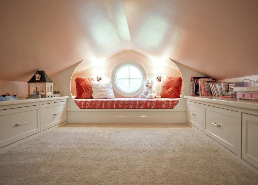 Светло-розовый потолок в детской на чердаке
