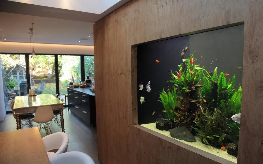 Деревянная отделка перегородки с аквариумом в природном стиле