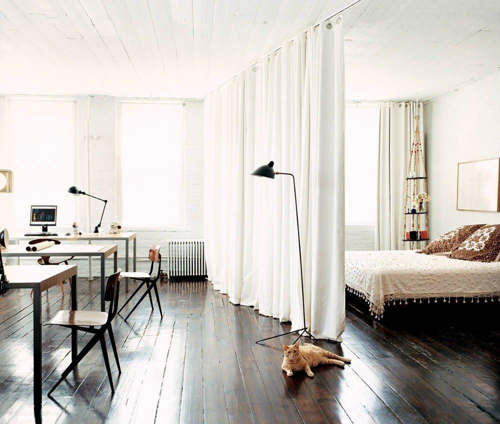 Белая штора на потолке спальни-гостиной