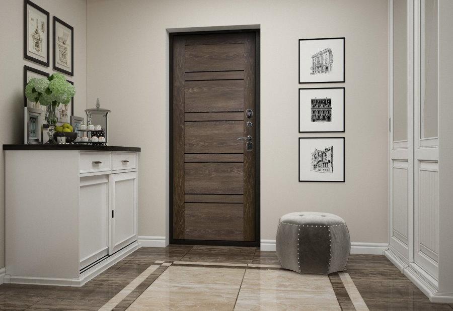 Темная дверь в прихожей с белыми стенами