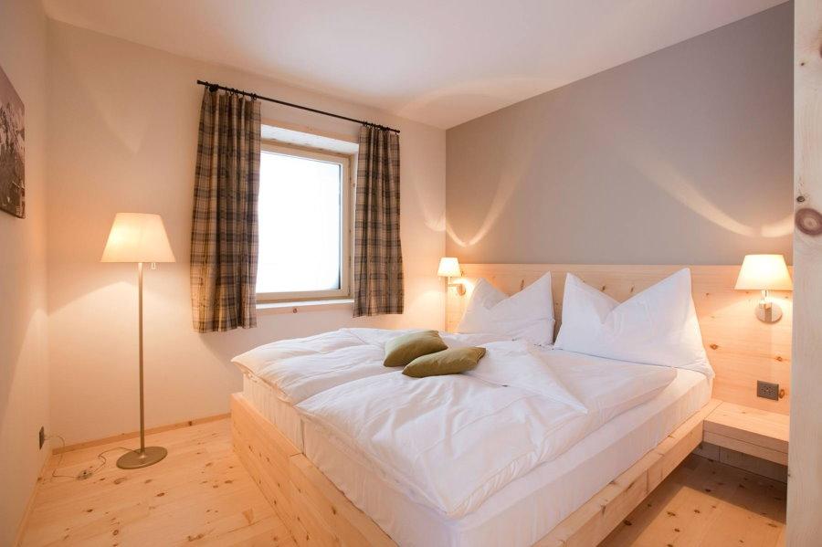Торшер для освещения спальни небольшого размера