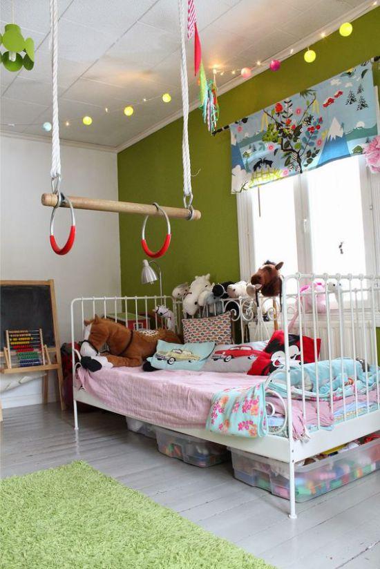 Трапеция с кольцами на потолке комнаты для девочки