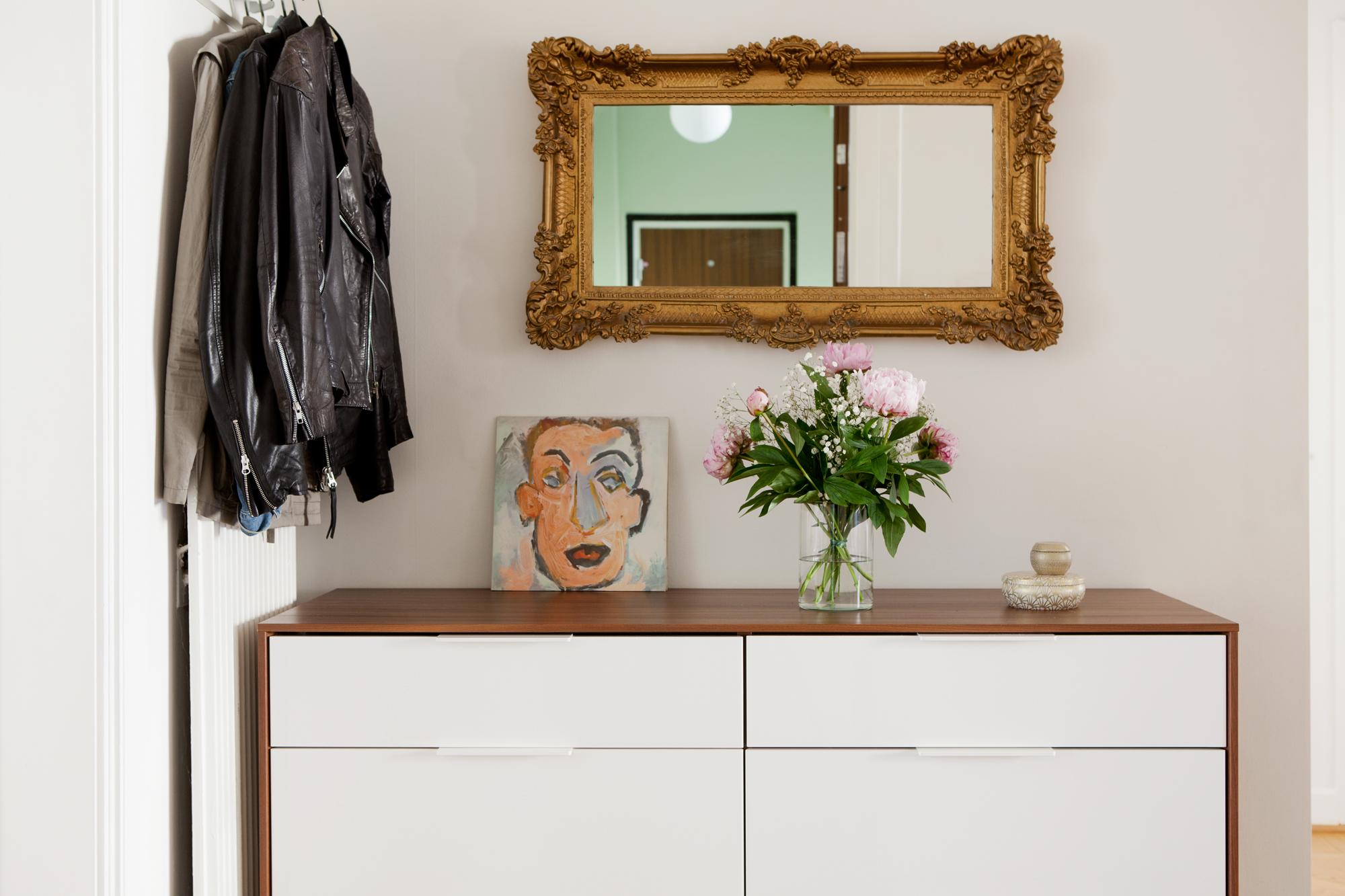 тумба с зеркалом в прихожей закрытая