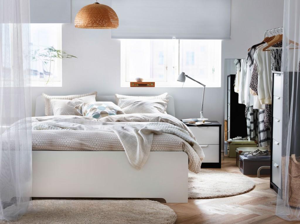 Настольная лампа на тумбочке возле кровати