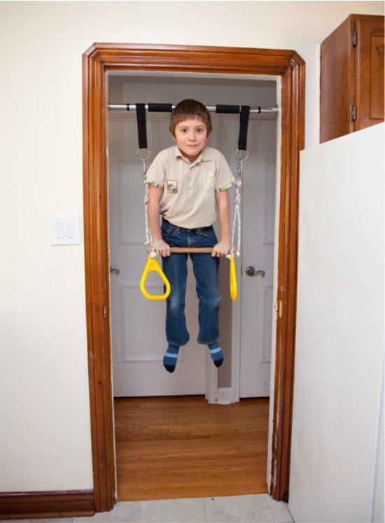 Турник для ребенка в коридоре квартиры