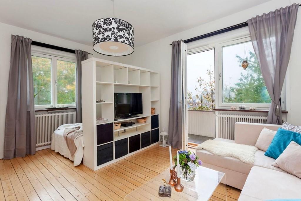 Белый стеллаж в комнате с двумя окнами