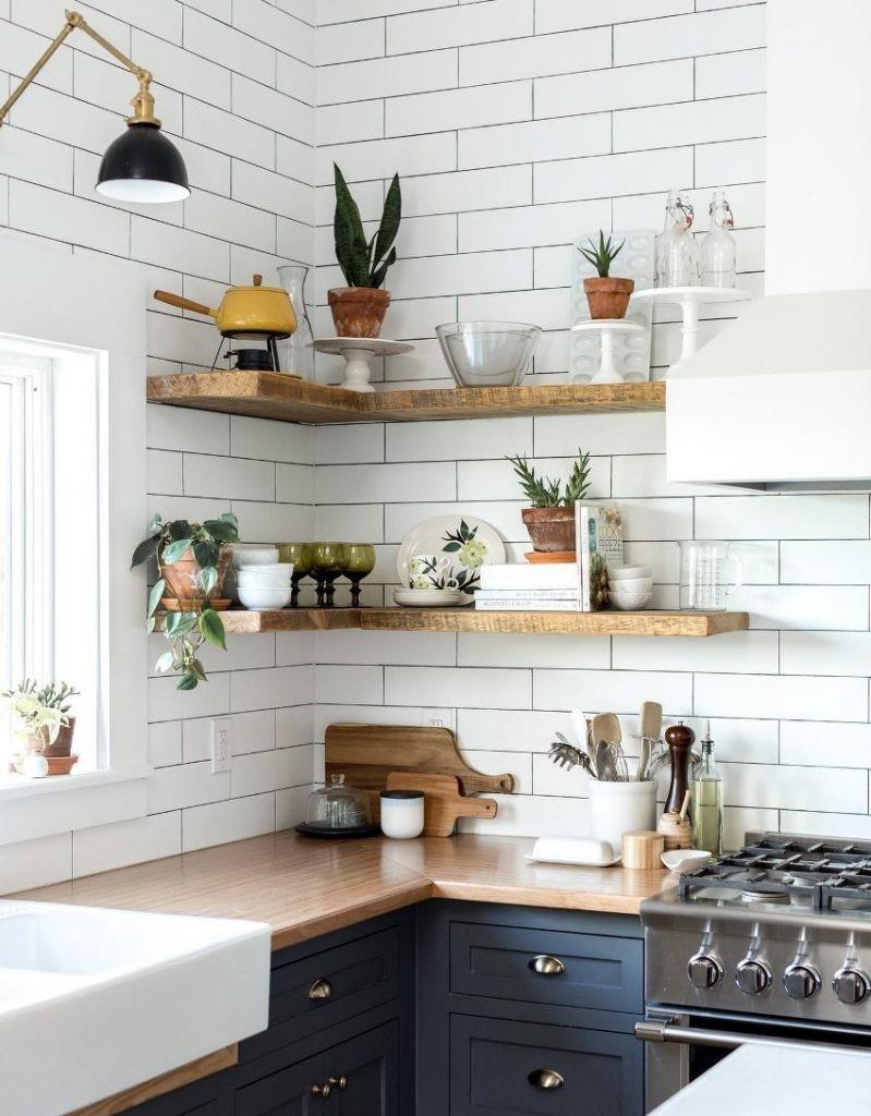 Деревянные угловые полки с кухонной посудой