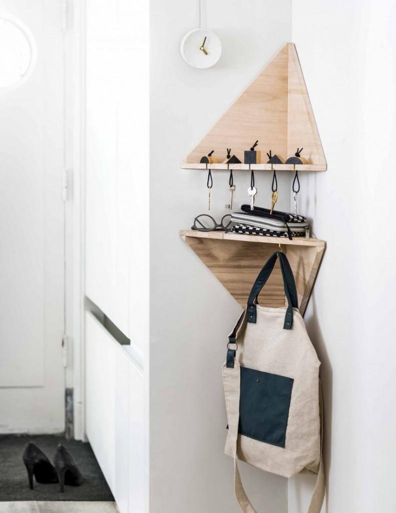 Угловая полка для хранения ключей и аксессуаров в коридоре