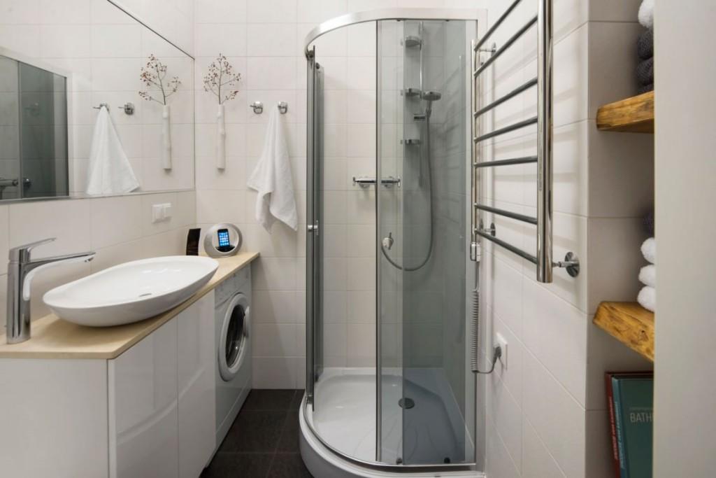 Угловая душевая кабина в маленькой ванной
