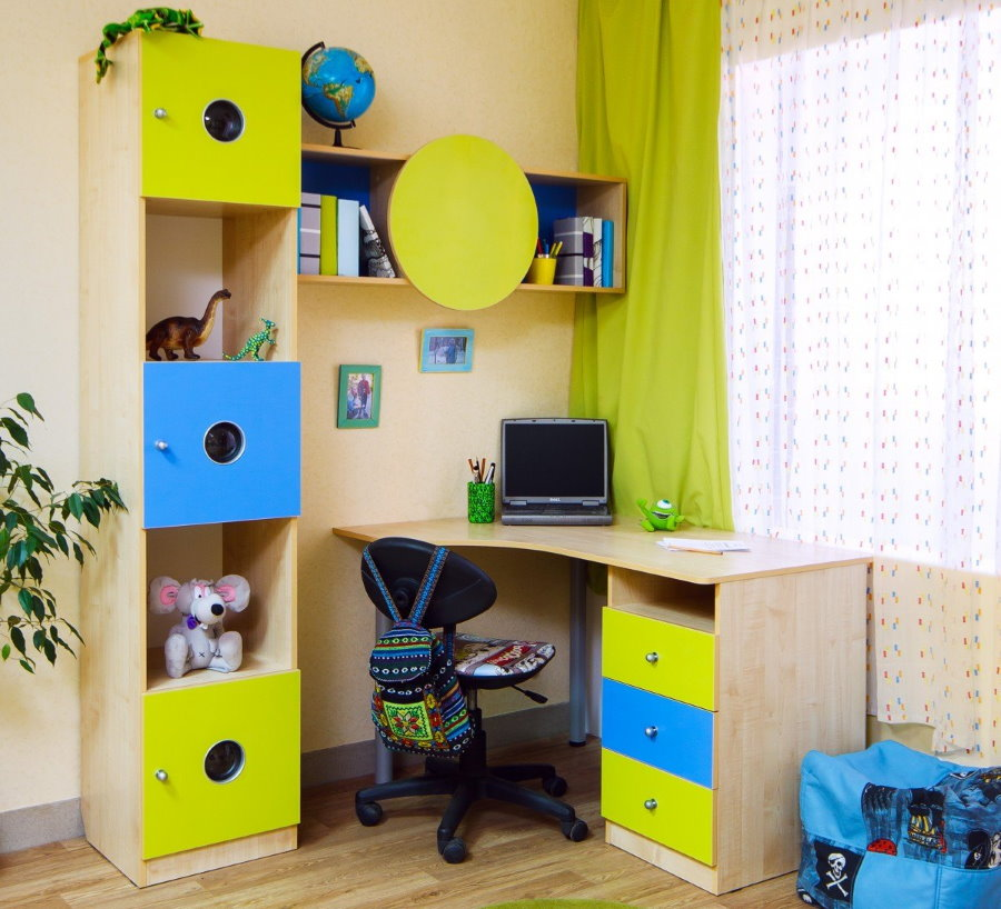 Угловой компьютерный стол перед окном детской