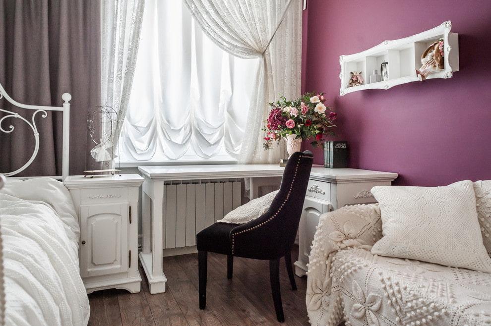 Угловой письменный стол в спальне девочки