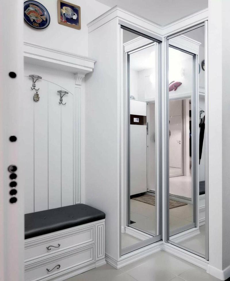 Встроенный шкаф с зеркальными дверцами