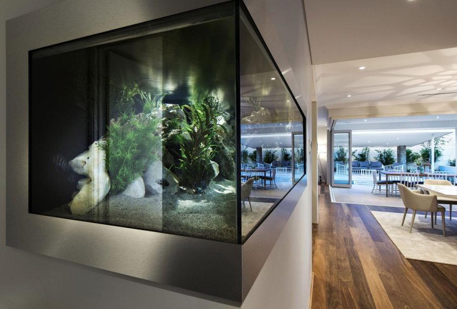 Угол встроенного аквариума из каленного стекла