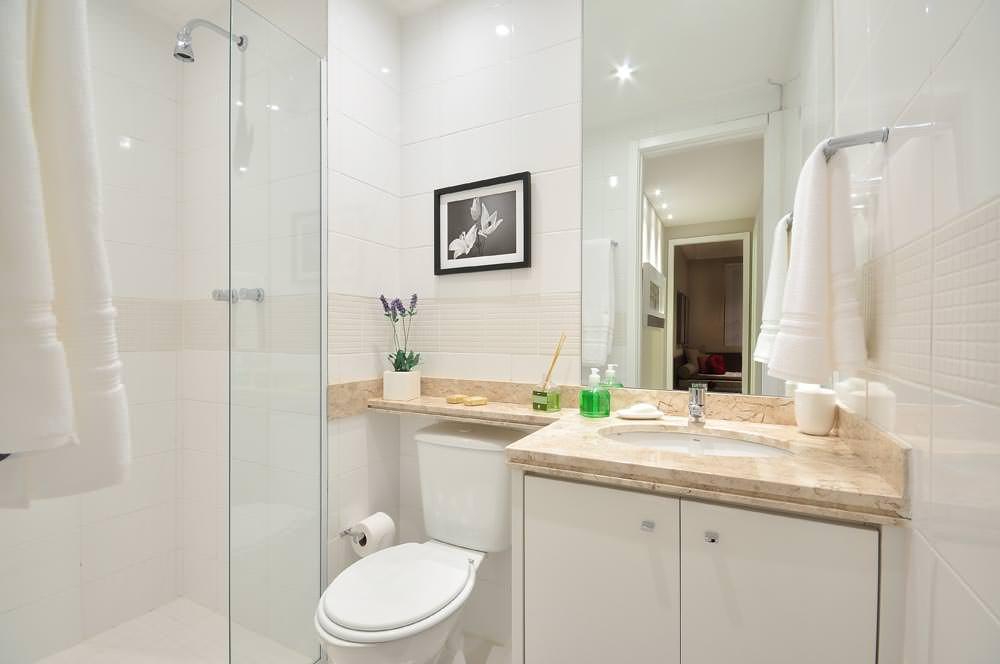 Тумба с распашными дверцами в светлой ванной комнате