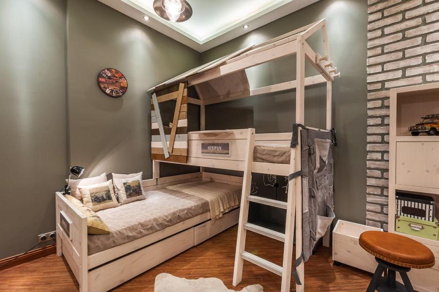 Деревянная кровать в уютной комнате для мальчиков
