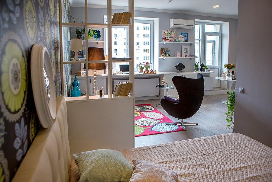 Декоративная перегородка в уютной однокомнатной квартире