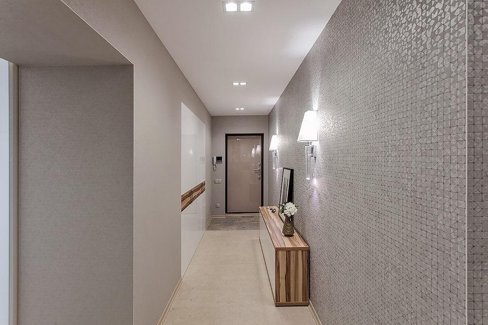 Узкая тумба на полу длинного коридора