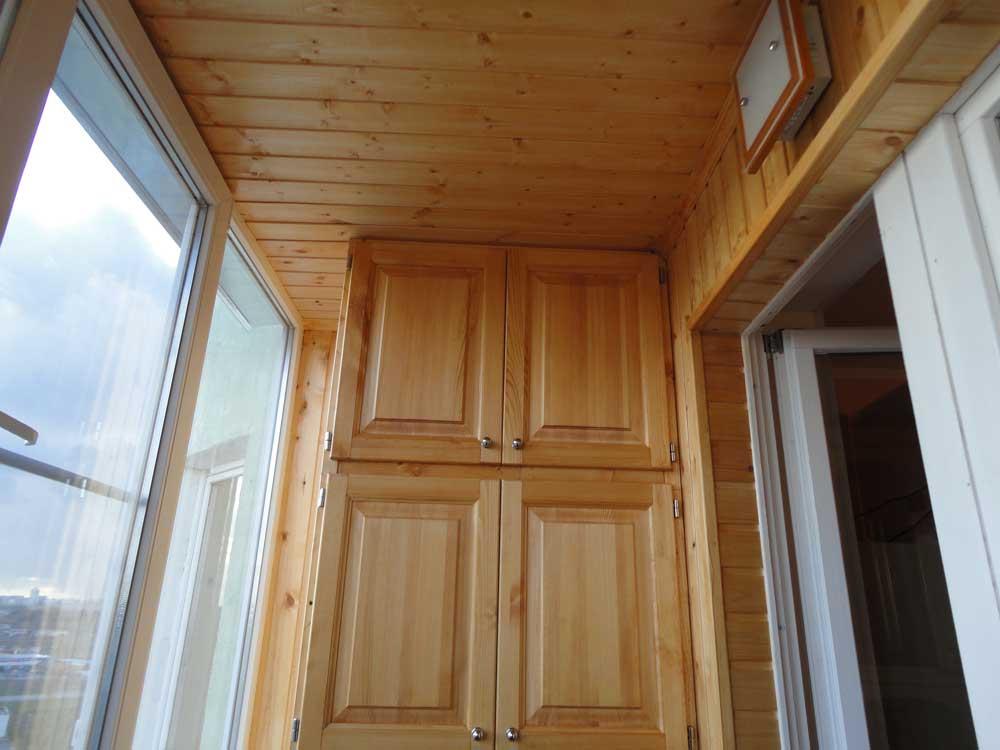Отделка потолка балкона деревянной вагонкой