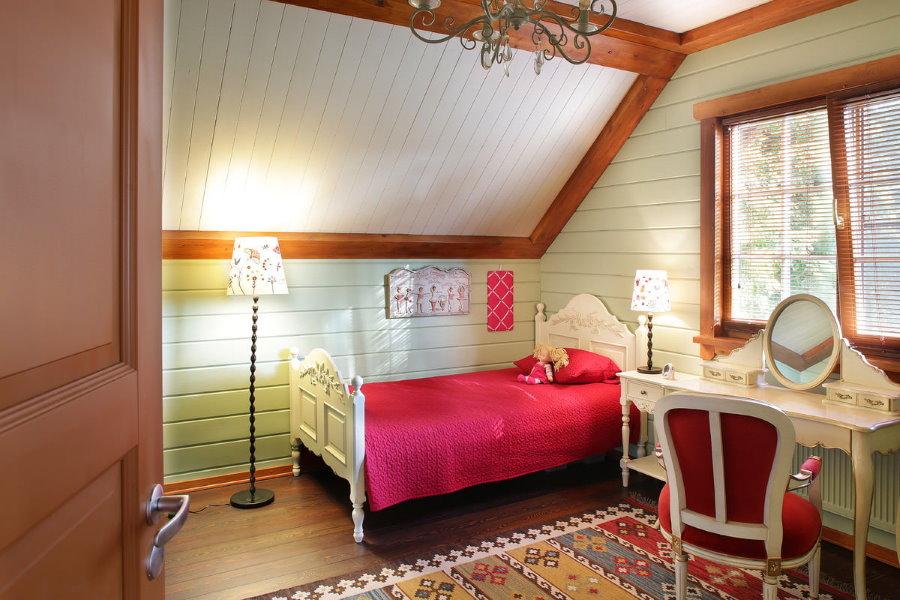 Розовое одеяло на постели девочки