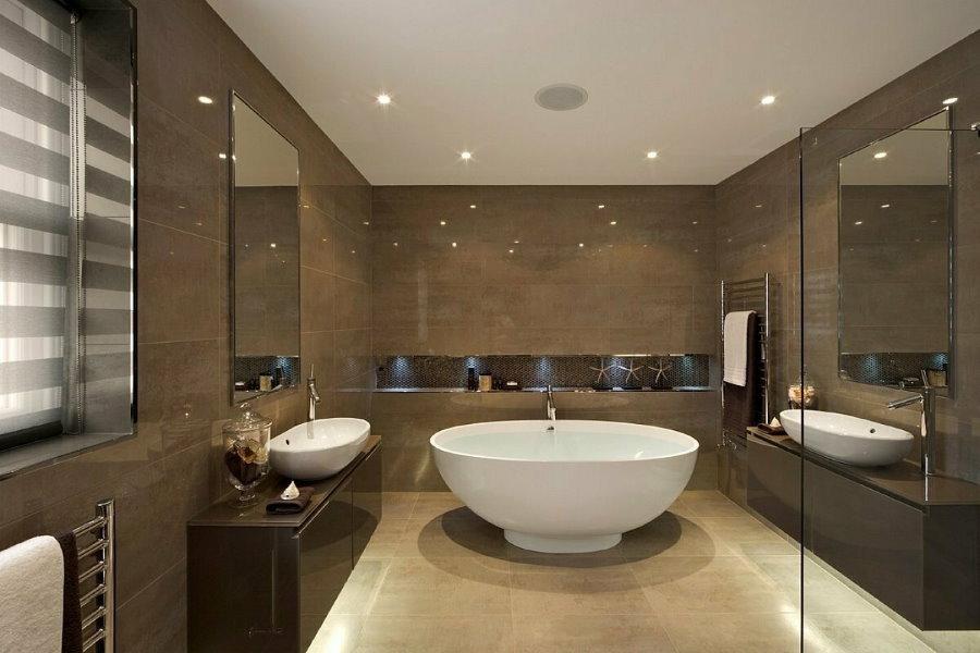 Коричневая плитка в ванной двухуровневой квартиры