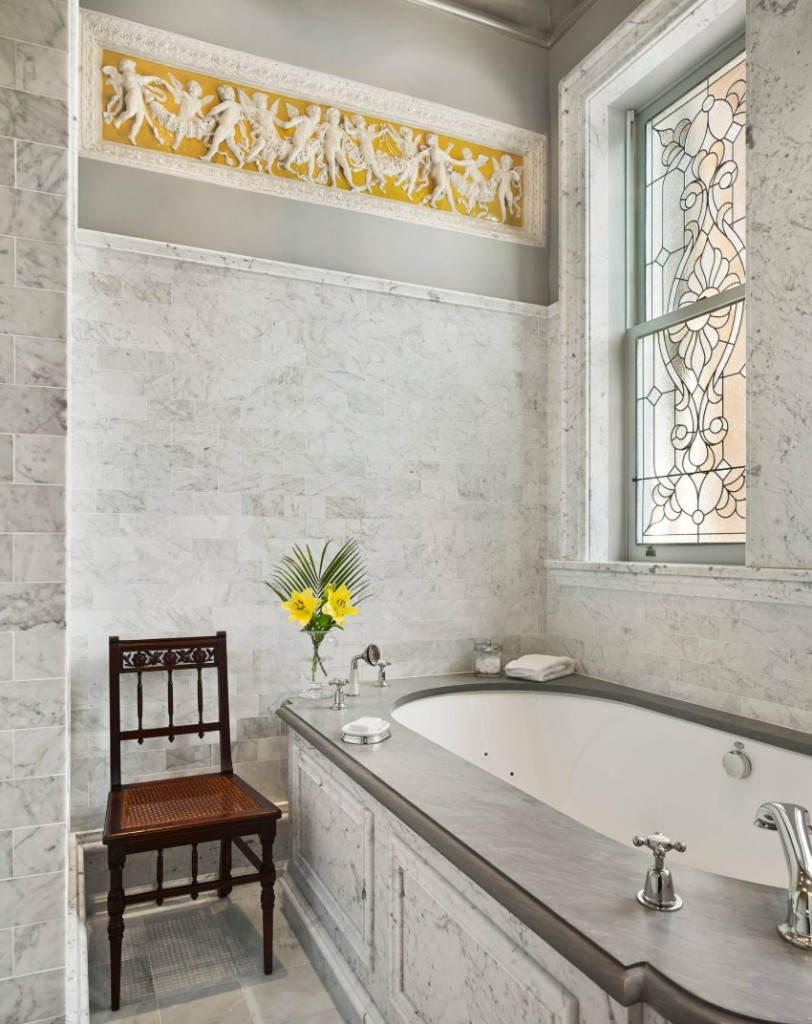 Декор ванной с окном в стиле классика