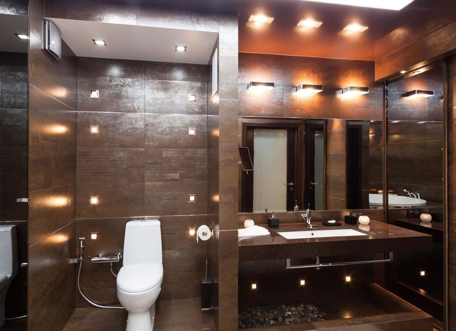Коричневая плитка на стене ванной комнаты
