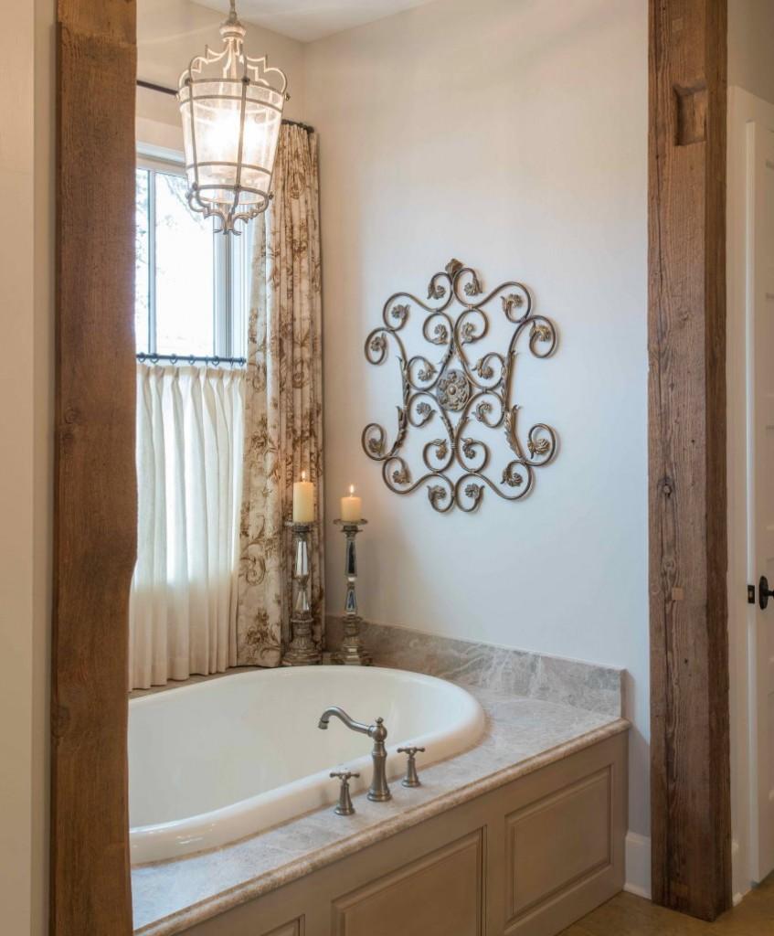 Деревянные косяки на дверном проеме в ванной стиля прованс