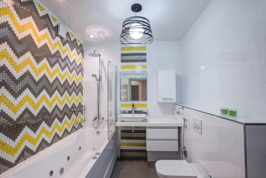 Серо-желтая мозаика на стене ванной площадью 5 5 квадратов