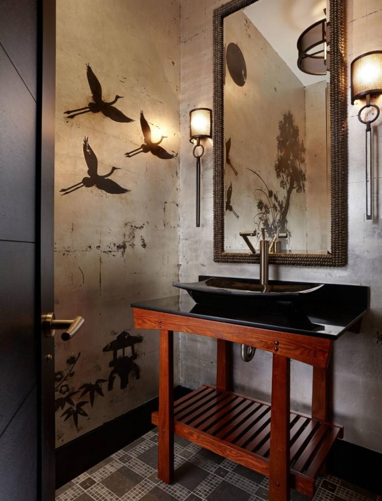 Деревянный умывальник в не большой ванной комнате