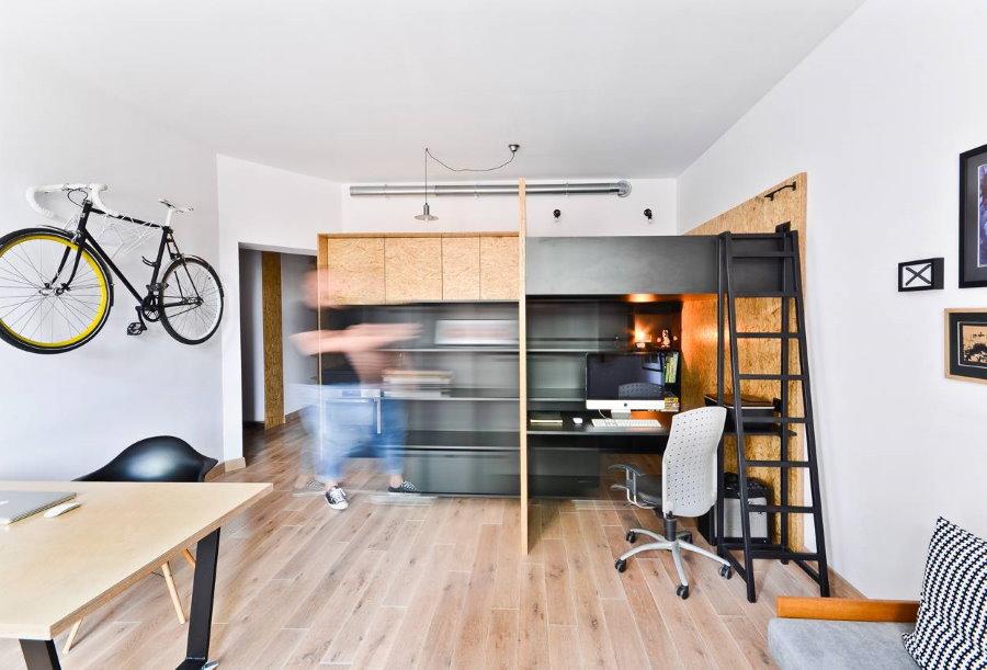 Кровать-чердак в холостяцкой квартире