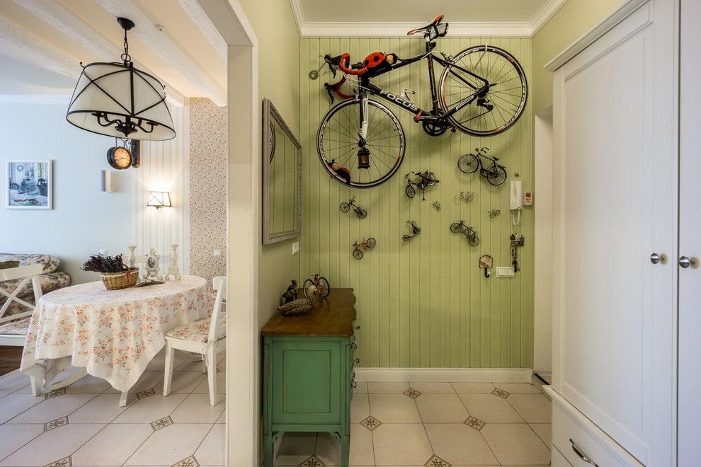 Велосипед на стене прихожей в стиле кантри