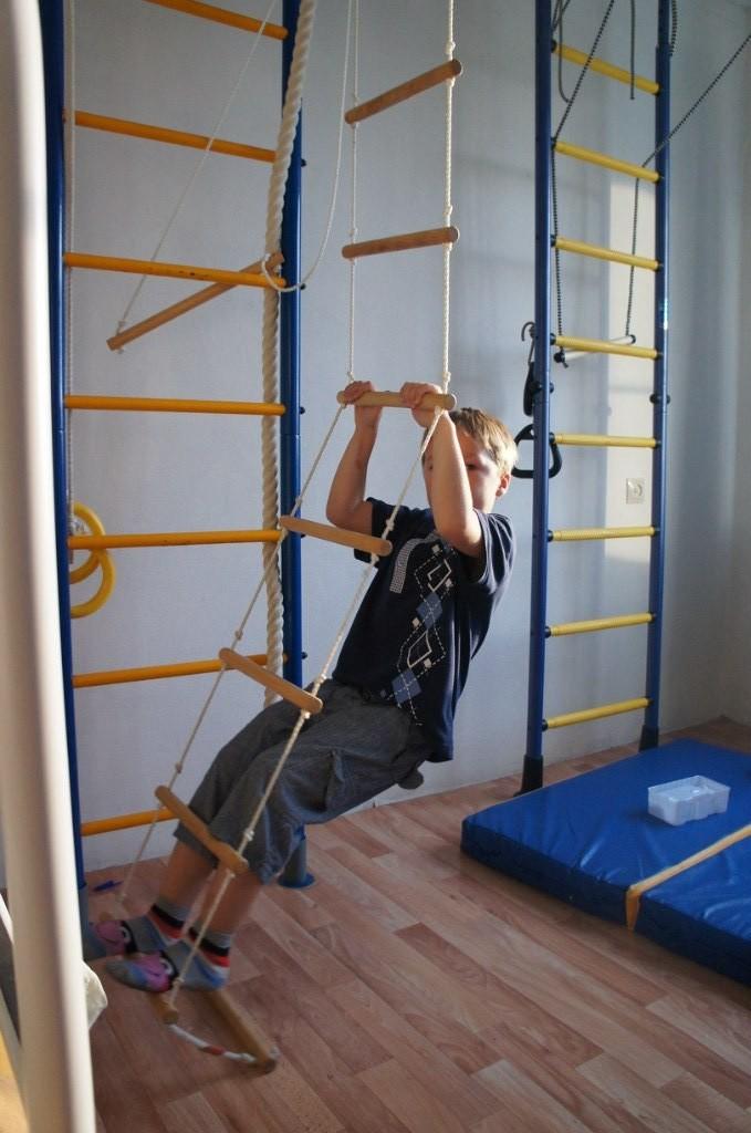 Спортивная стенка с веревочной лестницей для ребенка