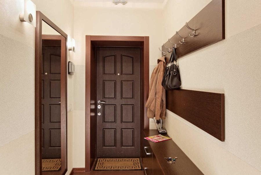 Вешалка для верхней одежды около двери в квартире