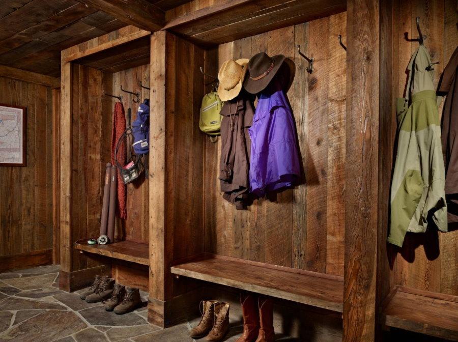 Меблировка коридора частного дома в стиле шале