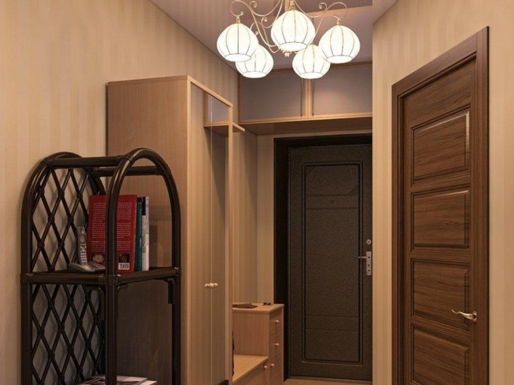Узкий шкаф с распашными дверцами в коридоре хрущевки