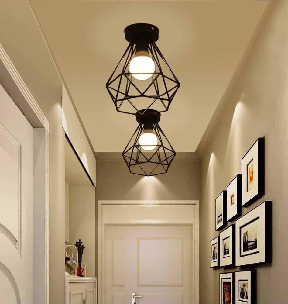 Светильник в стиле ретро на потолке прихожей