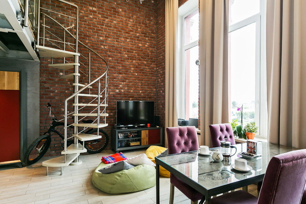 Кирпичная стена в интерьере двухэтажной квартиры