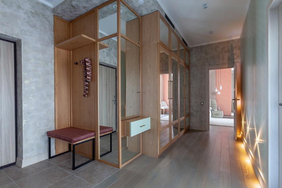 Массивный деревянный шкаф в прихожей квартиры