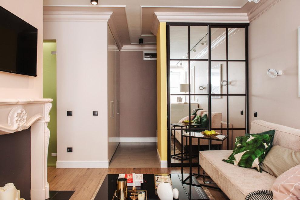 Зеркальные дверки на встроенном шкафу в гостиной