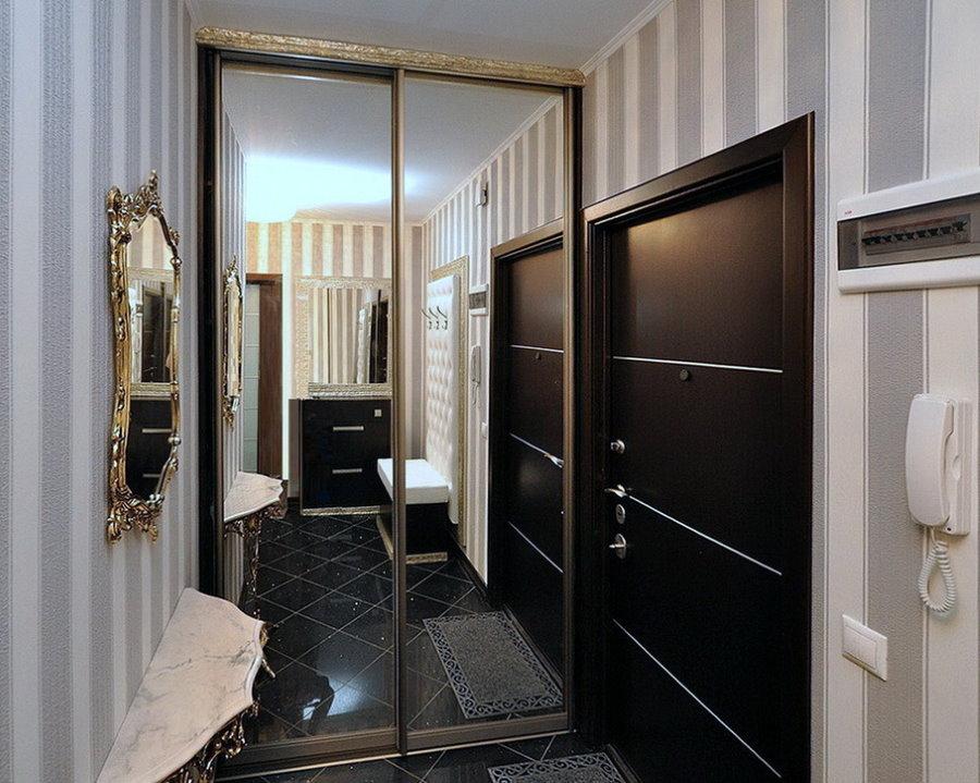 Зеркальный шкаф-купе в маленькой прихожей