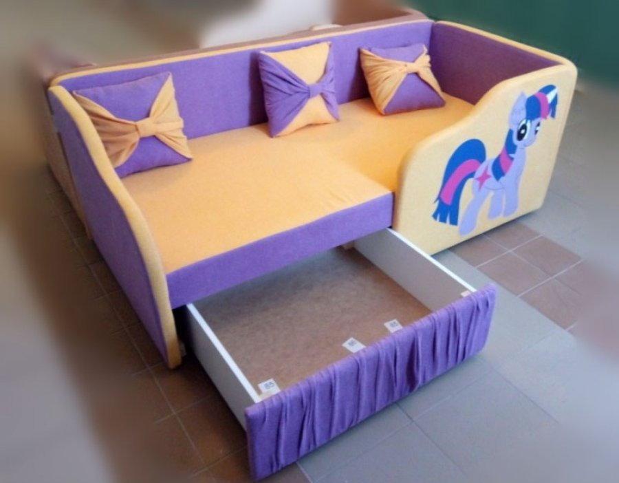 Выдвижной ящик в маленьком диване
