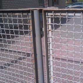 забор из сетки на даче декор
