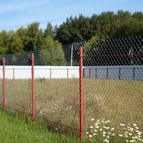 забор из сетки на даче декор фото