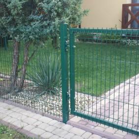 забор из сетки на даче фото