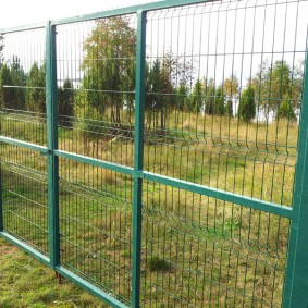 забор из сетки на даче оформление