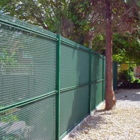 забор из сетки на даче фото оформления
